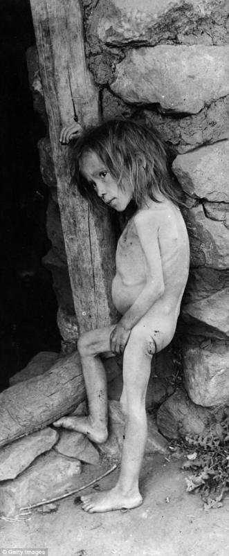 Un niño hambriento es representado por un marco de puerta que mira débil y frágil en Rusia famined