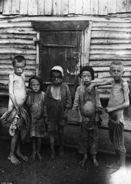 Esta foto tomada en octubre de 1921 muestra a los niños hambrientos en Samara campamento durante la hambruna en Rusia