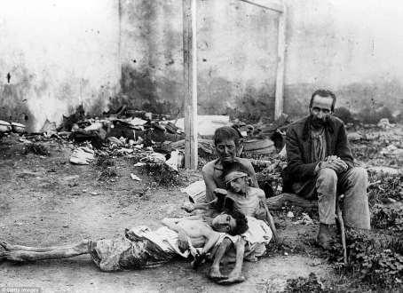 Una pareja con sus niños hambrientos durante una hambruna en la URSS, alrededor del año 1922