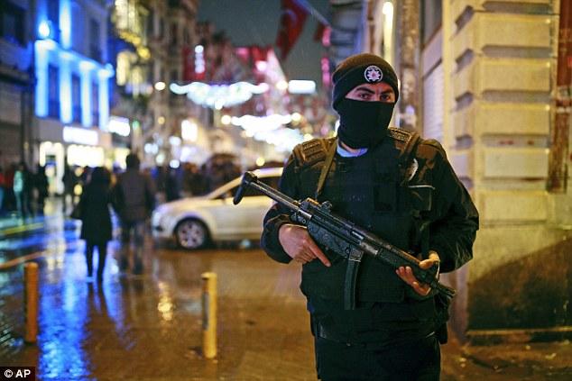 On croit que 17 000 policiers sont en service dans la ville