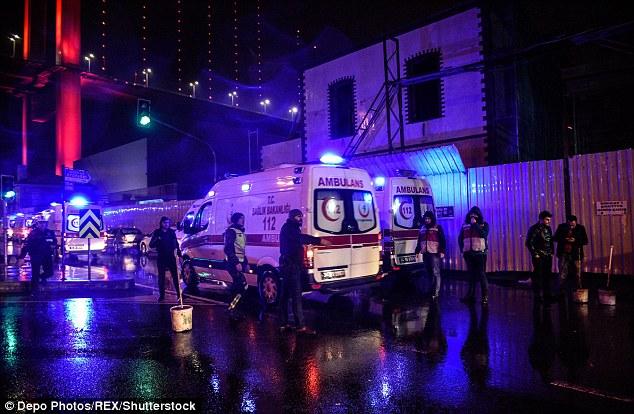 Les services d'urgence répondent au massacre dans une boîte de nuit d'Istanbul dans les premières heures du Jour de l'An