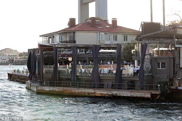 La discothèque, qui est populaire auprès des célébrités, se trouve sur les rives du Bosphore