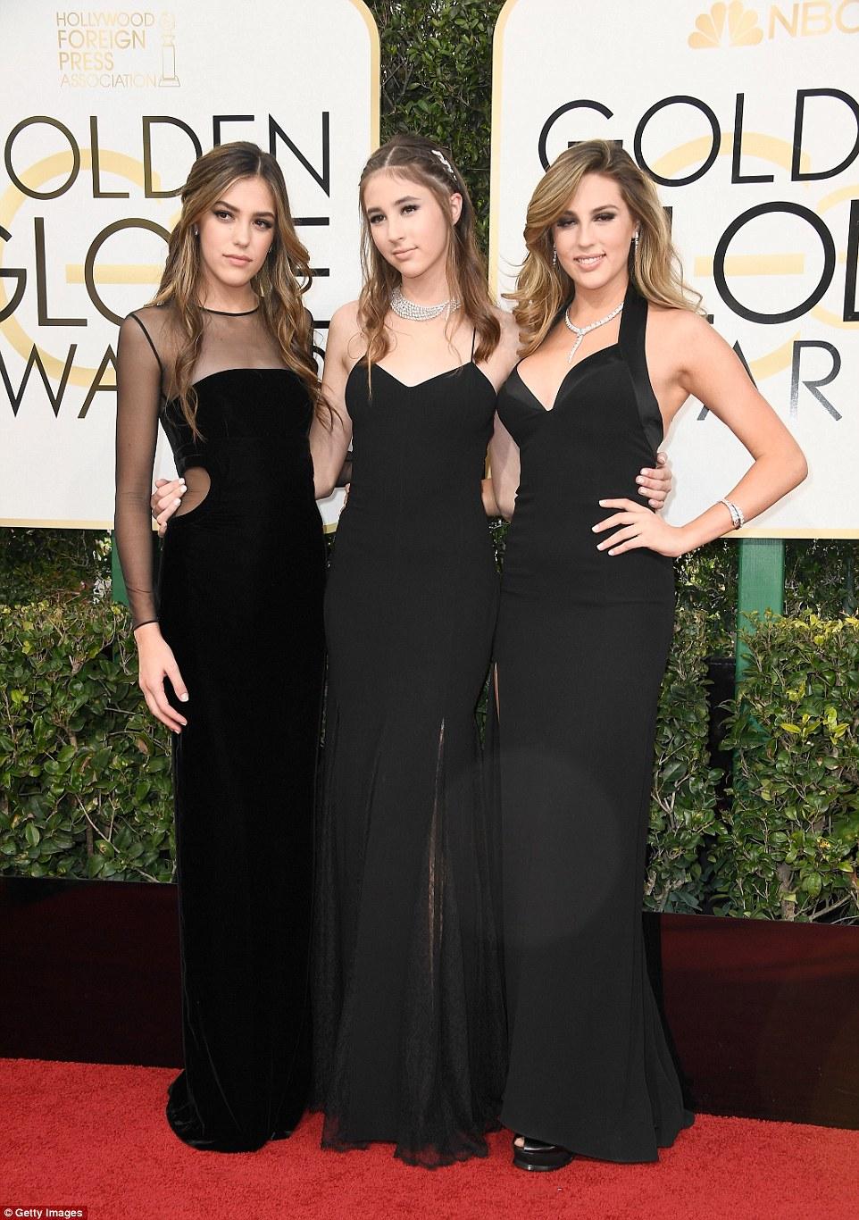 Senhoras principais de Sly!  Miss Golden Globes Sistine, Scarlet e Sophia Stallone mantê-lo clássico em preto como eles levam carpete vermelho chegadas para o Golden Globe Awards
