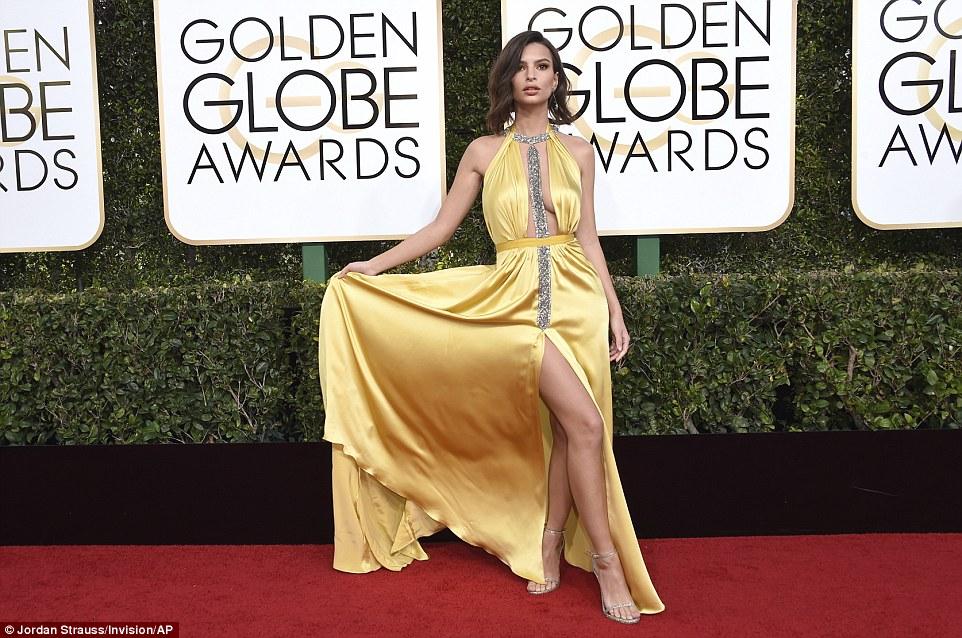 Agora que é uma pose: O modelo, que estrelou no Robin Thicke's Blurred Line vídeo, fez questão de mostrar o seu vestido de cetim