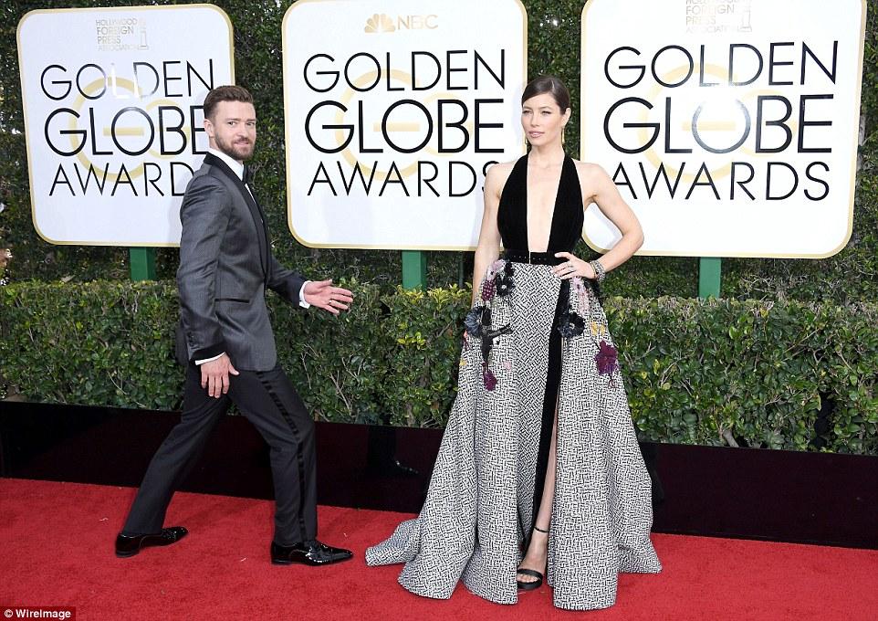 Power couple: Justin Timberlake olhou com orgulho como sua esposa Jessica Biel posou para as câmeras