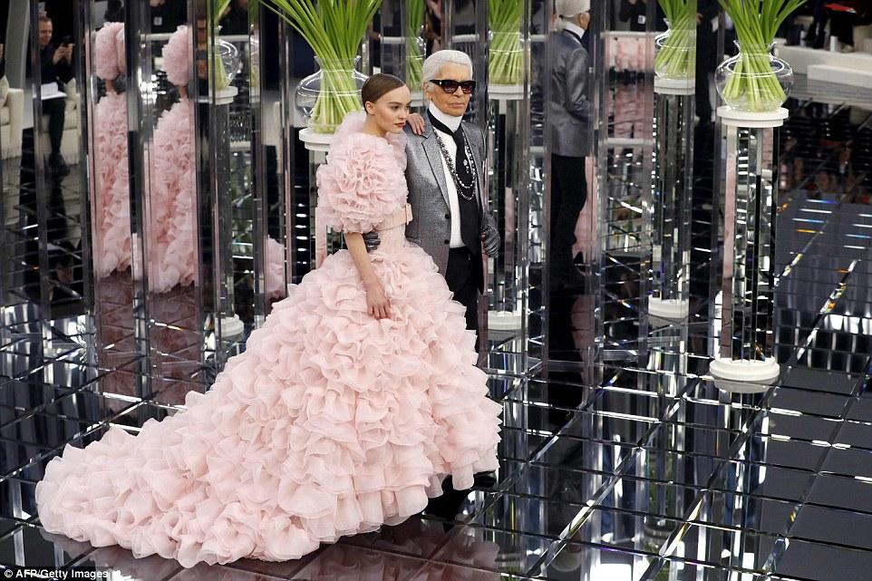 Perfeição em rosa: A filha de Johnny Depp percorreu a pista ao lado do diretor criativo em um número extravagante cor-de-rosa rosnado apto para uma princesa