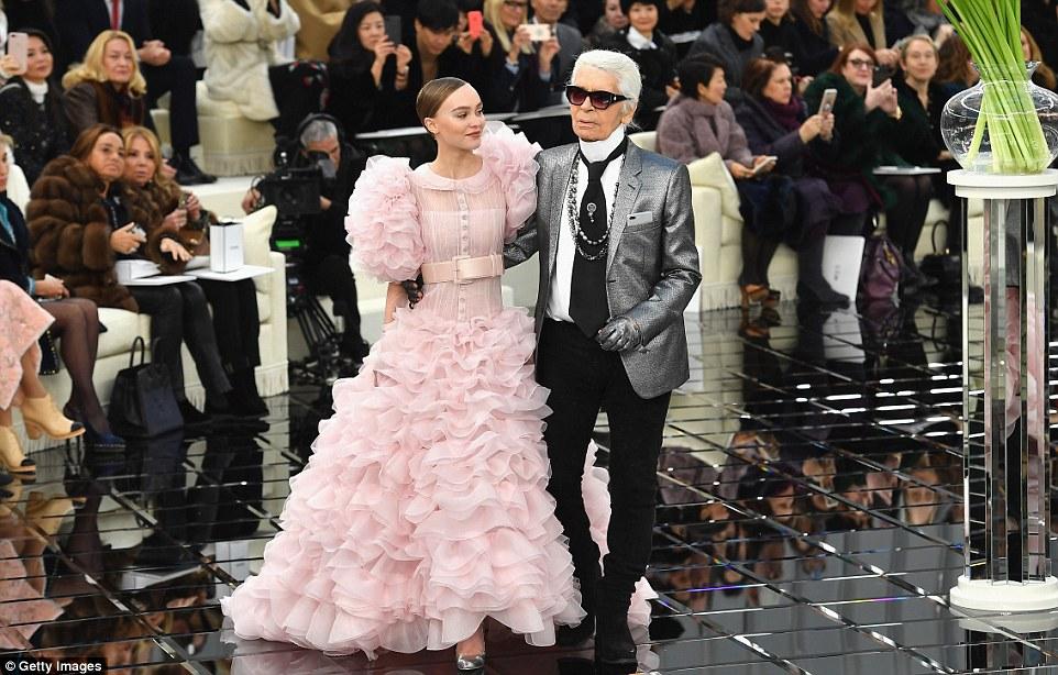 O que uma honra: A apenas 17, Lily-Rose - que é o rosto de Chanel No.5 perfume L'eau - caminhou ao lado honcho cabeça Karl