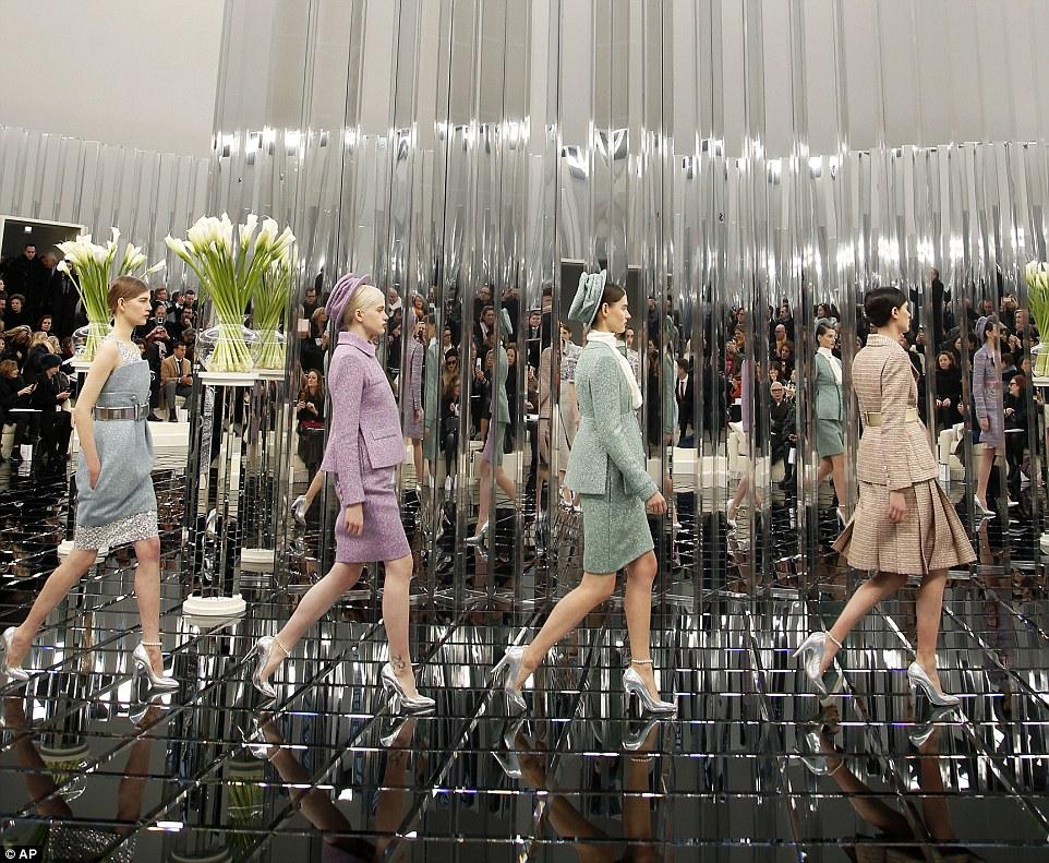 Negrito e brilhante: Os ternos do tweed, um grampo da forma criado pelo Chanel Chanel do founder, foram dados uma torção fresca