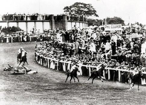 Antes de la primera guerra mundial sufragistas se manifestaron de diversas maneras para que las mujeres tener el derecho al voto.  Sufragista Emily Davison murió bajo los cascos del caballo del rey en el Derby en 1913 (en la foto)