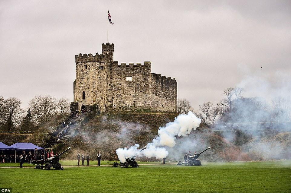 Membros da Tropa C 211 Bateria, que faz parte do Regimento Artilharia Real 104, atirar uma saudação de 21 armas no recinto do Castelo de Cardiff