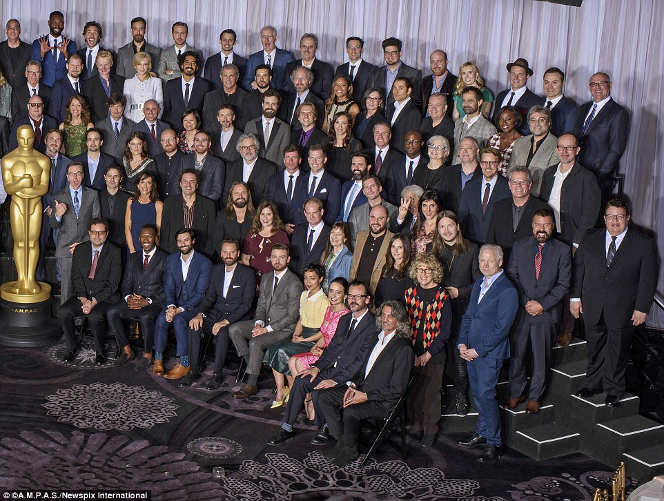 Sentados na primeira fila à direita do Oscar gigante foram Mahershala Ali, segundo da esquerda, e depois dois lugares longe dele Justin Timberlake ao lado de Ruth Negga