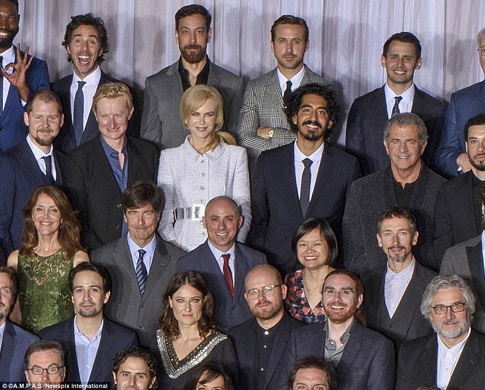 Para a parte de trás do grupo, foi possível distinguir Nicole Kidman, Dev Patel e Mel Gibson em pé ao lado do outro