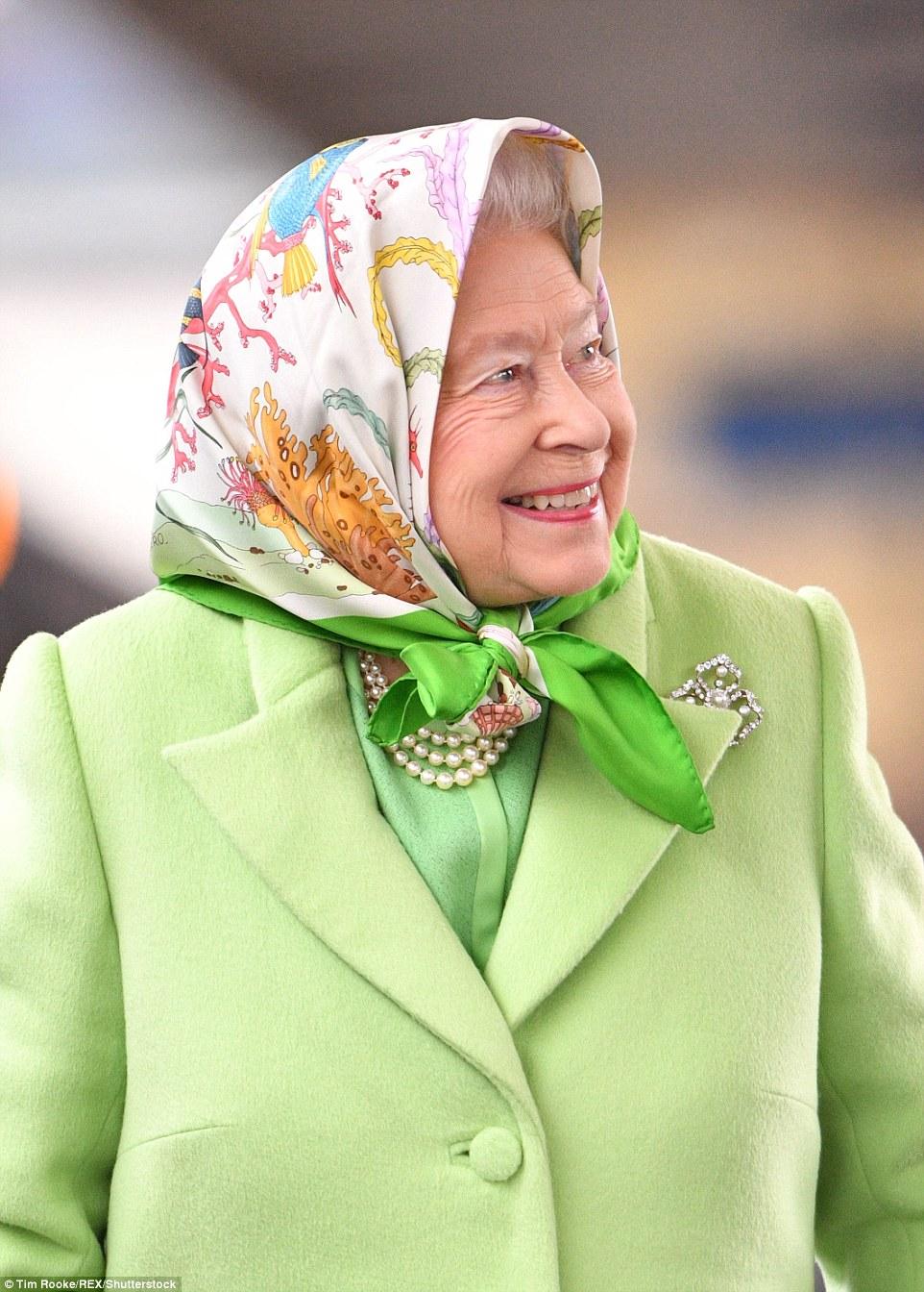 A rainha vestiu cores brilhantes como ela fez a viagem para casa depois de sua pausa festiva para Sandringham