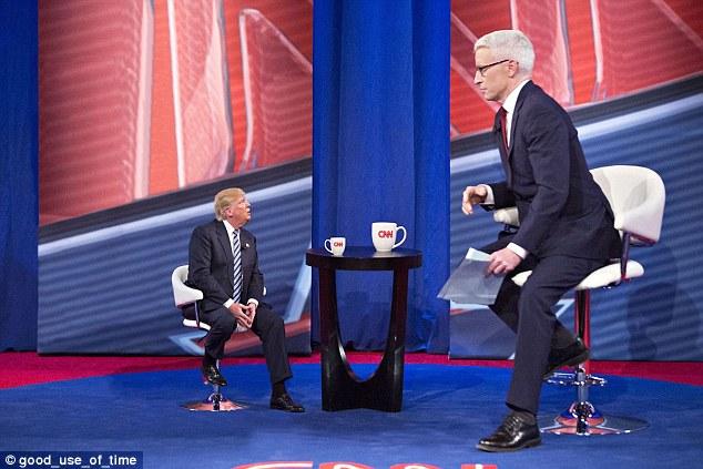 Notícias falsificadas: Tiny Trump retratado olhando para o Anderson Cooper da CNN