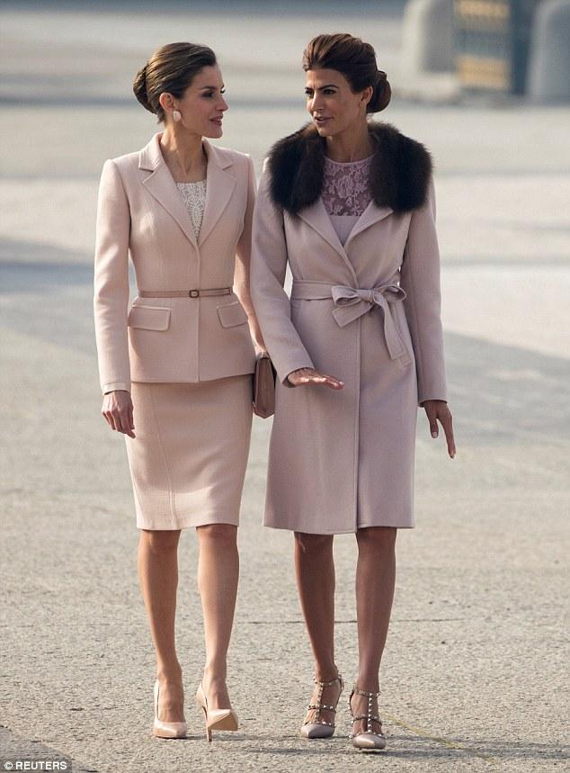 A dupla glamourosa usava roupas cor-de-rosa pálido cinto e até cintura e mesmo penteados semelhantes