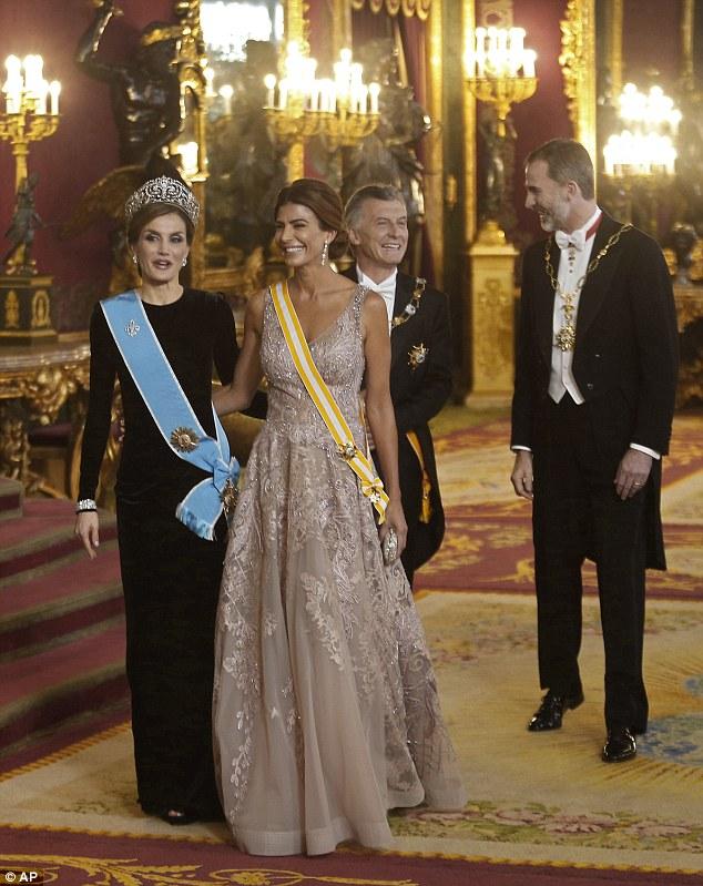 O rei Felipe de Espanha, à direita, sua esposa, a rainha Letizia, à esquerda, o presidente argentino Mauricio Macri, à esquerda, e sua esposa Juliana Awada, à direita, saem da sala do trono antes de um jantar de gala no Palácio Real, em Madrid