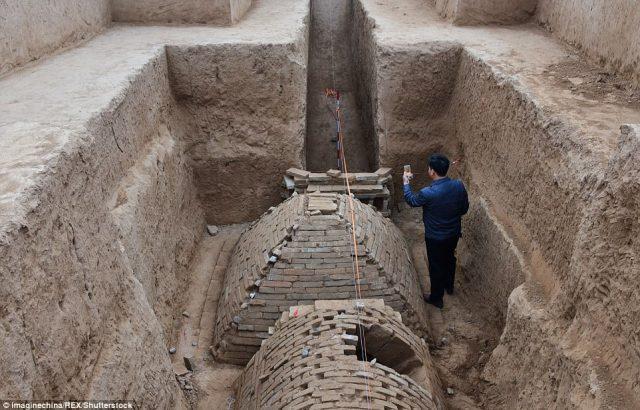 Es una de las dos tumbas que se encuentran dentro de una cámara ataúd cerca de una arboleda. La otra tumba tiene forma de medio cilindro