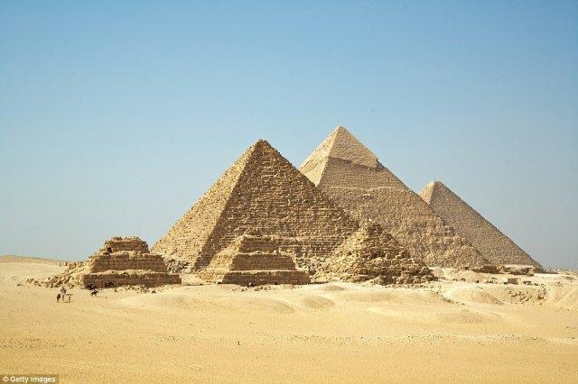 """Los medios chinos han llamado la tumba recién descubierta la """"pirámide de Zhengzhou ', aunque es mucho más pequeño en tamaño en comparación con las pirámides reales en Egipto (en la foto)"""