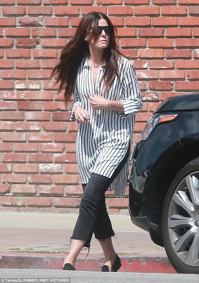 Get shirty: La actriz ganadora de un Oscar fue vista llevando una camisa gris y blanca sobredimensionada en su salida