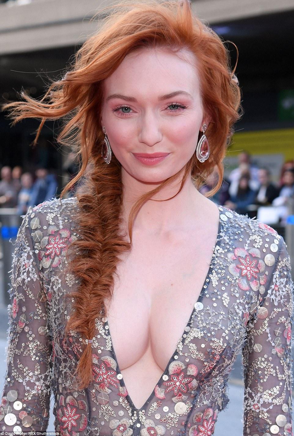 Fazendo uma declaração: Eleanor tomou a mergulhar em um ousado, corte baixo vestido, indo braless no número sequinned