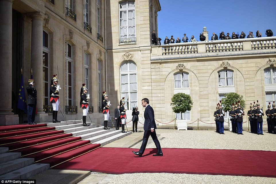 Macron (foto) toma conta de uma nação que, quando a Grã-Bretanha deixar a União Européia em 2019, se tornará o único membro da UE com armas nucleares e um assento permanente no Conselho de Segurança da ONU