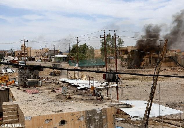 ISIS están utilizando cada vez más los cientos de miles de civiles bajo su control en el oeste de Mosul como escudos humanos para evitar ser blanco de las tropas iraquíes, en la foto: Las secuelas de un ataque suicida con bomba en Mosul