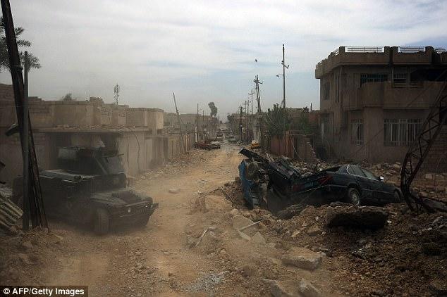 ISIS se cree que están poniendo bombas cerca de sus puertas delanteras en un intento desesperado para que dejen salir de Mosul. En la foto: lucha contra el terrorismo Servicios (CTS) avance hacia iraquí barrio Rifai oeste de Mosul
