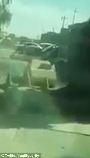 El vídeo no verificada se dice para mostrar el soldado conducir por las calles polvorientas y escombros esparcidos de Mosul, donde se ve un coche bomba ISIS (en la foto) que venía hacia él