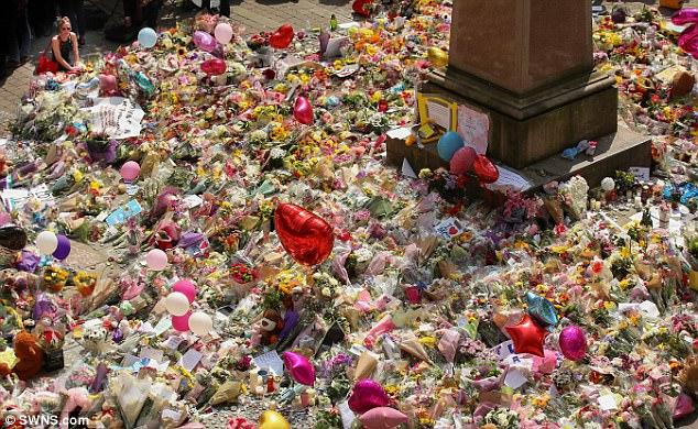 Un mar de tributos florales para los que fueron muertos y heridos en el ataque de la semana pasada se ve en la plaza de Santa Ana, Manchester