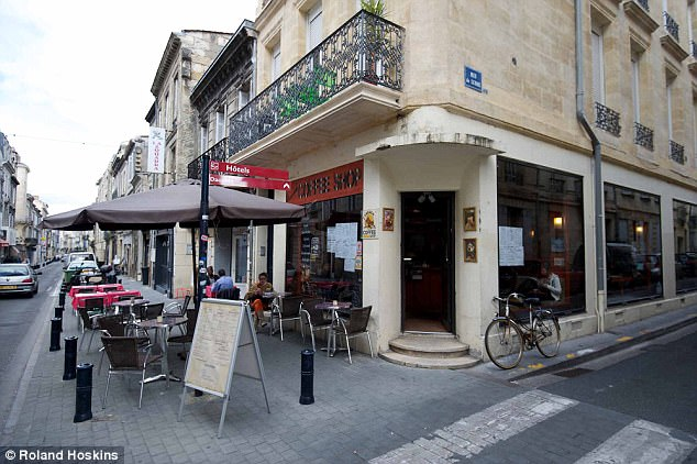 The coffee shop in Bordeaux which Forrest and the girl frequented during their time in the city