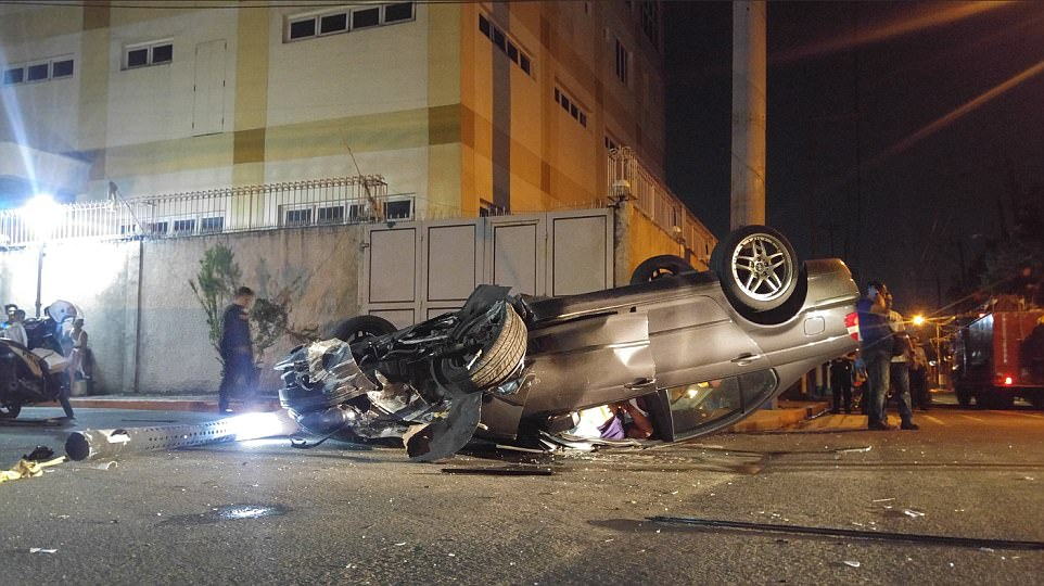 Un coche se estrelló en el techo fuera del complejo durante el ataque en torno a la medianoche, hora local