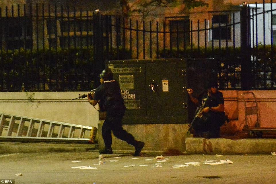 policías armados rodearon el complejo como víctimas siguieron siendo llevado a cabo