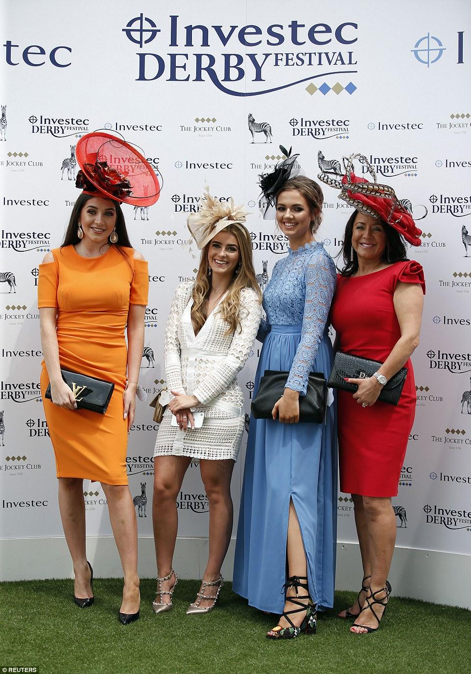 Caro gosto: um grupo de mulheres provou ter gostos excelentes na roupa, pois exibiram seus acessórios de designer, incluindo uma embreagem YSL, um tote Dior e sapatos Valentino Rockstud