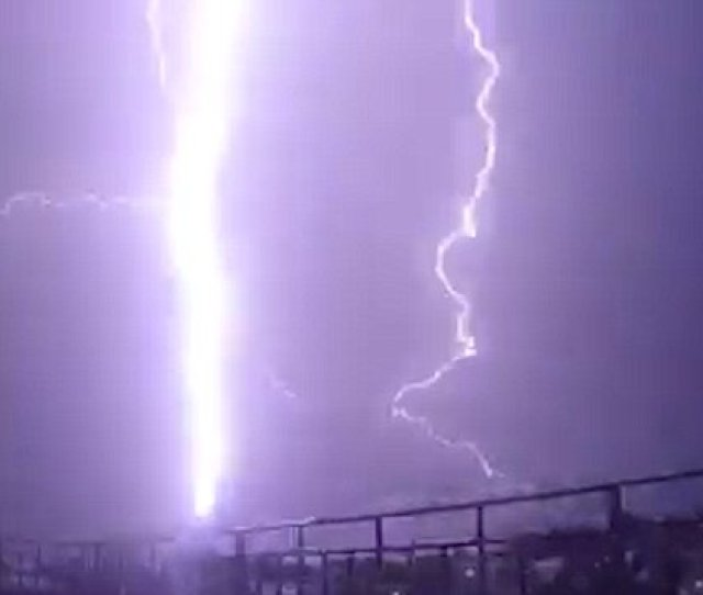 Moment Huge Lightning Bolt Strikes I360 Tower In Brighton Daily Mail Online