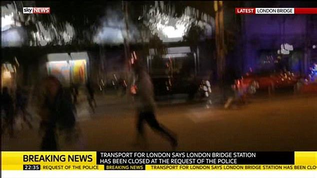 Las personas fueron vistos huyendo en pánico en medio de informes de puñaladas y disparos