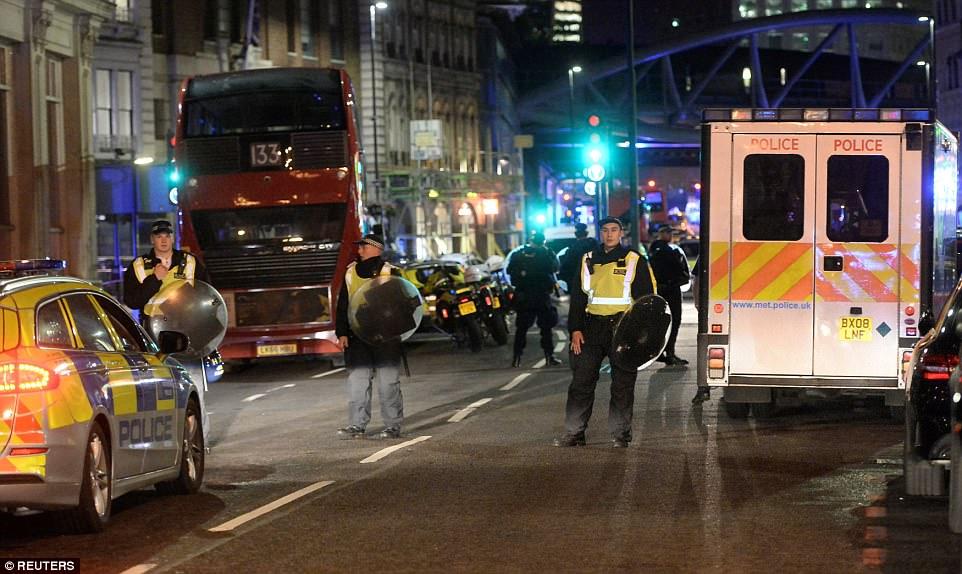 'Fuego rápido' se escuchó en la zona del puente de Londres que se cree que la policía armada a tiros a dos de los hombres, con una búsqueda en curso para el tercer hombre