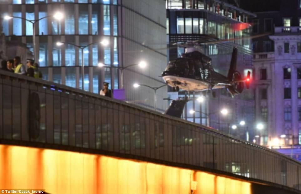 Un helicóptero fue visto en el puente de Londres, donde una persona se ha confirmado la muerte por la policía