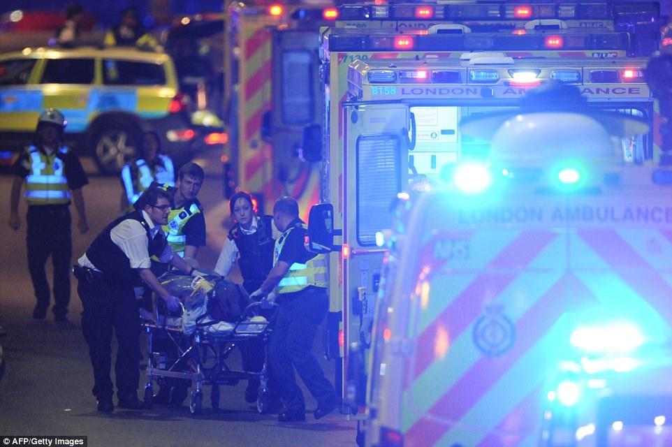Decenas de ambulancias se alinearon a lo largo de las calles para transportar a las víctimas heridas a la seguridad