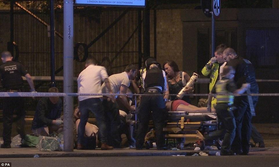 La policía y los médicos tratan a los heridos y los llevaron al final Thrale la calle cerca del puente de Londres. Los miembros del público se les dijo por la policía a 'correr tan rápido como podían' hacia el oeste