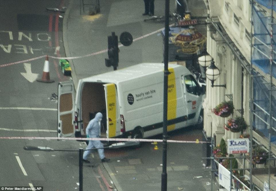 La furgoneta alquilada utilizado por los atacantes representadas en la escena actual, en el que fue abandonado poco después de 22:00 de anoche