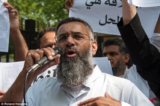 Mientras que su hermano estaba tratando de encontrar la manera de detener el extremismo, Khuram estaba abrazando y se sabe que tienen enlaces a odiar predicador Anjem Choudary, en la foto