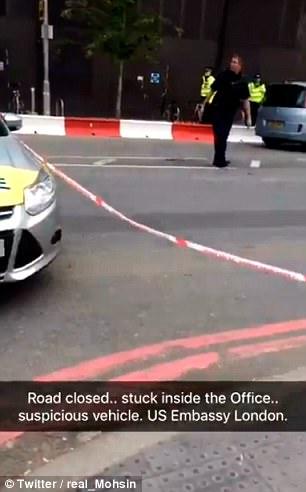 Una explosión controlada se ha llevado a cabo en dos coches cerca de la obra de construcción de la nueva embajada de Estados Unidos en Londres