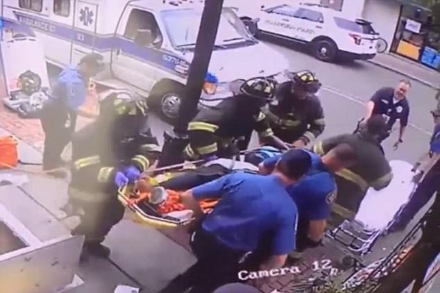 Tim pemadam kebakaran datang dan membawa perempuan tersebut ke rumah sakit
