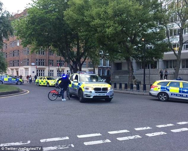 Hubo varios vehículos de la policía en la escena del apuñalamiento como los transeúntes se sorprendieron