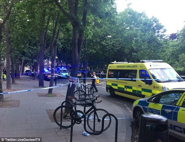 Agentes detuvieron a un hombre como paramédicos llevaron a su víctima, que era de unos 20 años en el hospital