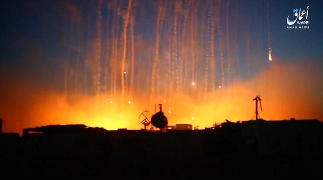 Las imágenes de vídeo de ataques aéreos que golpean Raqqa durante toda la semana pasada muestran municiones de fósforo blanco que cae sobre la ciudad y el establecimiento de edificios en llamas