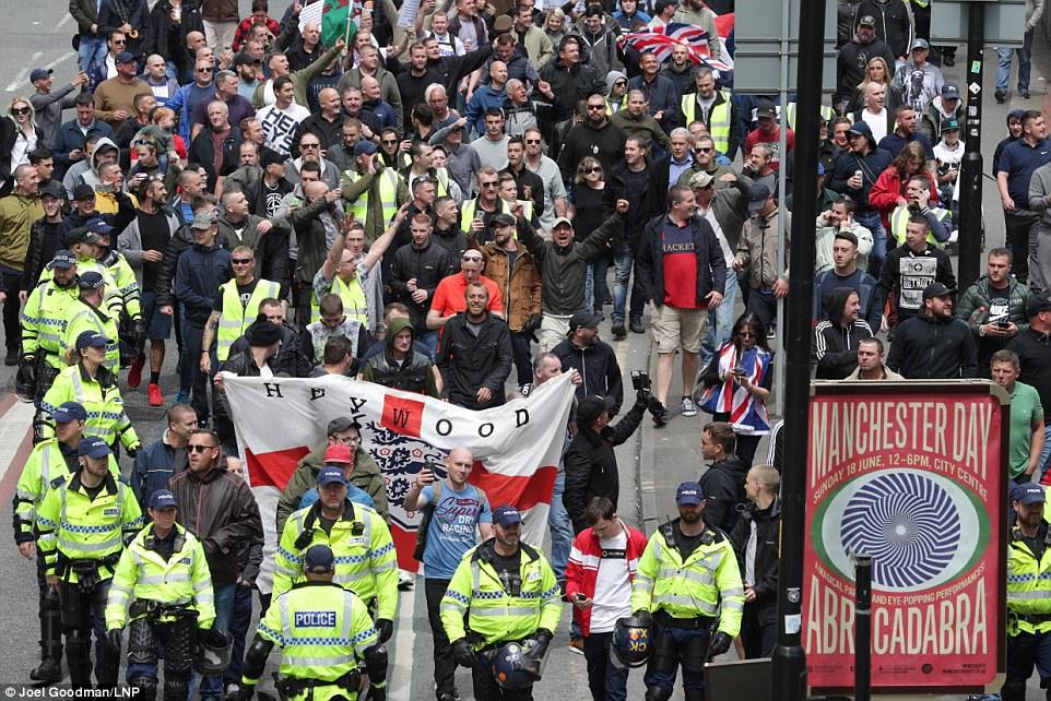 Cientos de manifestantes de extrema derecha (en la foto) llegaron a Manchester a las 14:00 el domingo por la tarde después del ataque en la ciudad