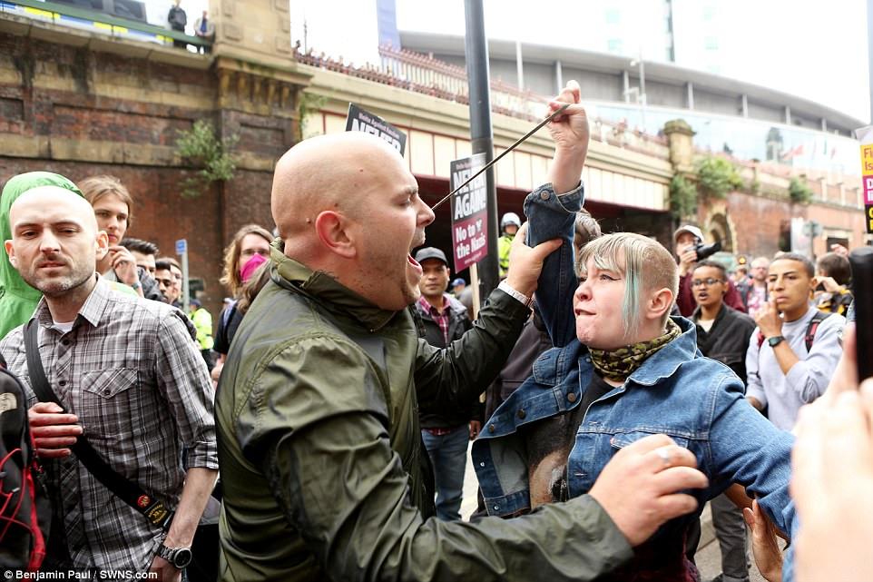 Los manifestantes se enfrentaron durante la protesta 'silenciosa', que fue organizado por el ex líder de EDL Tommy Robinson que anuncian el evento en línea
