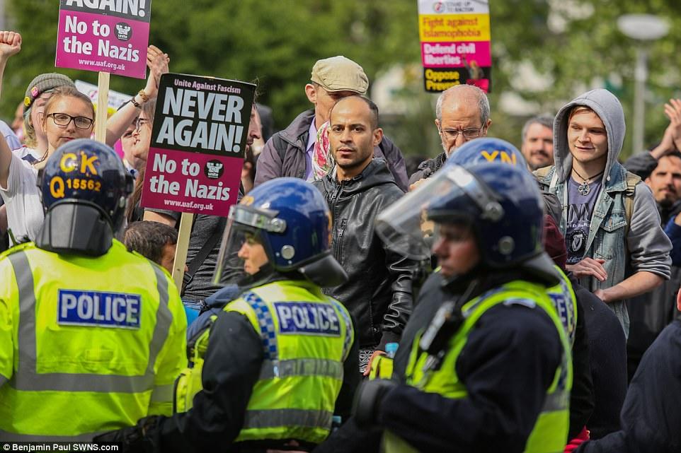 La marcha fue recibido por una contra-protesta de los miembros de Unidos Contra el Fascismo