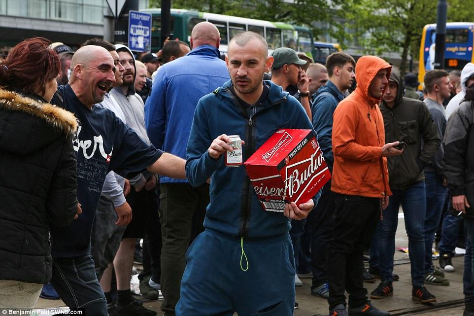 Muchos de los manifestantes EDL - que eran en su mayoría hombres jóvenes - estaban bebiendo en gran medida a lo largo de la protesta